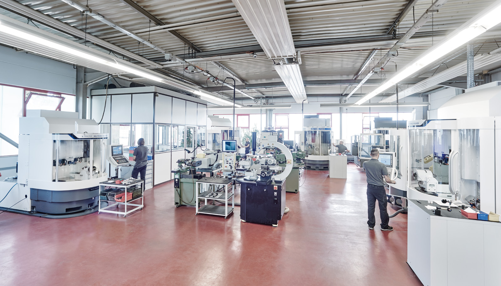 Wunschmann production hall mit modern CNC multi-axis grinding machines