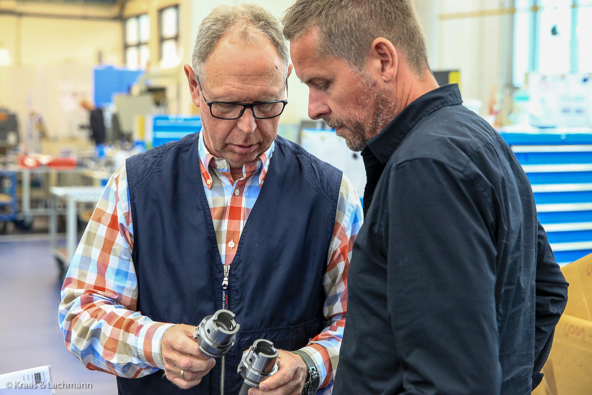 Jahrzehntelange Erfahrung in der Zerspanung: GEWEFA-Inhaber Rainer Pfister (links) und Stephan Wunschmann